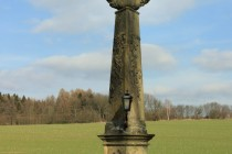 Skalka - pilířové sousoší Nejsvětější Trojice z r. 1755