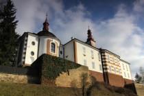 Skalka - zámek s barokní kaplí na skalním ostrohu nad Zlatým potokem