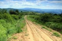 Polní cesta nad vesnicí. Louky, pastviny a políčka. pestrá krajinná mozaika plná kytek  i zvířat.