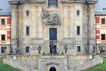 Portál kostela. Baroko vepsané do pískovce.
