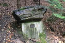 Památník u Odolova - zdejší zkamenělé dřevo proslavilo Jestřebí hory po celé Evropě