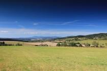 Výhled na Rtyňskou kotlinu a Jestřebí hory. Bohdašín a Svatoňovice jsou vpravo.