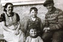 Rodina Burdychova: (zleva) Milada Burdychová, Antonín Burdych nejml., Vladimír Burdych, Antonín Burdych ml..Válku přežily jen děti.