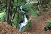 Řeka vodopády mizí dole hluboko v soutěsce, kde vtéká do jeskyně