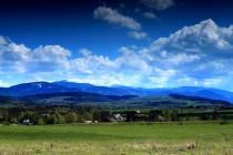 Plochá hora uprostřed je Sněžník. Vlevo je Černá hora, v údolí mezi nimi leží Kletno.