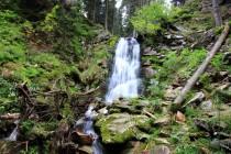 Kde potok přepadává přes skalní práh