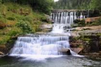 a zajímavým způsobem doplňují zdejší vodopády