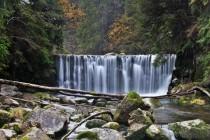 Většina hrází a jezů za sto let krásně splynula s okolní přírodou