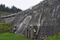 Labská přehrada - místo po orlici zeje šedou prázdnotou a z iniciál FJI je podivné RČ
