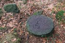 V lese tu leží několik brusných a snad i mlýnských kamenů...