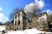 Ruiny domů jsou všudypřítomné
