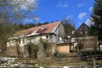 Z kdysi prosperující obce zbylo jen několik polorozpadlých usedlostí...