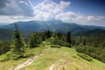 Po strmém výstupu lesem se otevřel překrásný výhled na protilehlý Vilcan