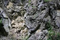 Vrásy v místních skalách