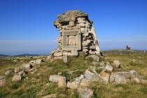 Stezka končí u zbytků mohutné kamenné mohyly, kterou tu Němci před sto třiceti lety vybudovali na počest prvního německého císaře