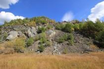 Do západního svahu kopce se zakousl rozsáhlý lom