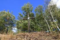 Jehož horní patro dosahuje až k samotnému vrcholu, kde stojí dřevěný kříž