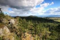 Táhlý hřeben Boru začíná strmým svahem Nad Liščím sedlem. Výhled na JV, v popření Narožnik, Hora Smrti a Hora sv. Anny. Na obzoru Orlické hory.