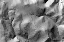 """Digitální modelu reliéfu, který byl pořízen metodou leteckého laserového skenování zemského povrchu (tzv. LIDAR), umožňuje z nasnímaného povrchu """"odfiltrovat"""" vegetaci a ukázat s překvapivou přesností i ty nejmenší nerovnosti. Snímek zachycuje krajinu Bystřických hor v místech zaniklé vsi Hüttenguth (polsky Huta). Šlo o jednu z nejvýše položených vsí Kladska, která zde byla založena společně se sklářskou hutí. V levém horním rohu jsou ruiny pruské dělostřelecké pevnosti Fort Wilhelma.Na východních  Když sklářská huť spolykala většinu zdejších lesů, založili horalé na odlesněných svazích políčka a pastviny. Snímek dobře vykresluje zdejší agrární valy - mohutné hromady kamení a zídky teras vzniklé staletým snášením z obhospodařovaných pozemků. Po odsunu Němců si vzala přiroda pracně vydobytou půdu zpět a dnes opět porůstá většinu těchto pozemků les. Kruh se uzavřel. obr. -   http://mapy.geoportal.gov.pl"""