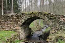 Starý, kamenný most přes Zlatý potok v zaniklé krkonošské obci Sklenářovice. Jak napovídá jméno potoka, lze v jeho náplavech rýžovat šupinky zlata.
