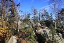 Západní hranice panství prochází nepřístupnou divočinou po hřebeni Supích skal