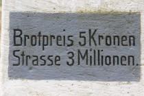 Chleba stál pětikorunu, výstavba cesty 3 miliony...