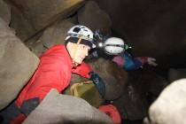 """Délka jeskyně se blíží k neuvěřitelným 2 kilometrům. Většinu času se tu ale člověk protahuje úzkými """"plazivkami"""" mezi popadanými balvany."""