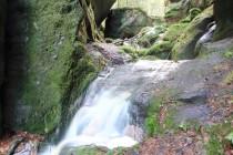 Bezejmenný potok protéká skalní bránou