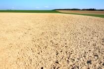To, co dnes leží na českých polích, už často ani nepřipomíná půdu...