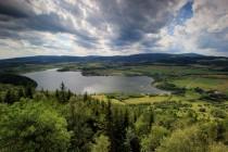 Výhled z nejvyššího vrcholu směrem na západ k hřebenu Krkonoš