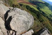 Po Němcích tu zbylo mnoho skalních nápisů...
