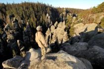 """Po nahloučených vrcholech skal při okraji plošiny lze """"doskákat"""" až nad soutěsku Sibiř"""
