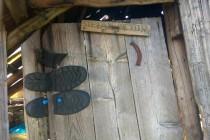 Zdejší bačové tu mají na dveřích s důmyslnými panty i dřevěnou vizitku...