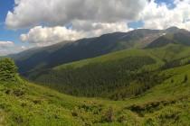 Obě pohoří jsou propojena hřebenem Culmea Mezea...