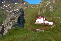 Pro případ nouze je na obou stranách tunelu horská služba - Salvamont. Sídlí v překvapivě vkusných budovách...