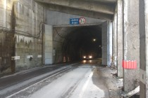 Hurá do transfagarašského tunelu. Jinde by nás za to okamžitě sebrali policajti, ale v Rumunsku to je na pohodu...